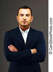 retrato, de, un, guapo, hombre de negocios, con, brazos doblados