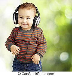 retrato, de, un, guapo, niño, escuchar música, y, sonriente, en, par