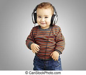 retrato, de, un, guapo, niño, escuchar música, y, sonriente, encima, g