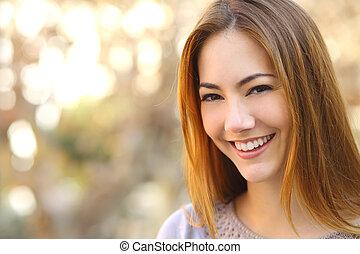 retrato, de, un, hermoso, mujer feliz, con, un, perfecto, blanco, sonrisa