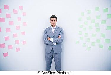 retrato, de, un, hombre de negocios, con, brazos doblados