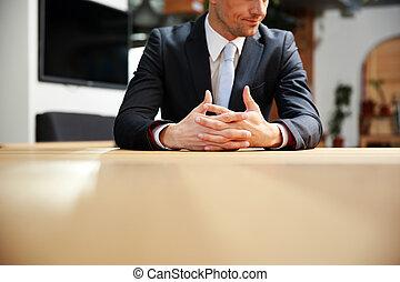 retrato, de, un, hombre de negocios, sentado, en, oficina