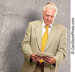 retrato, de, un, hombre mayor, trabajo encendido, un, computador portatil
