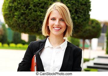 retrato, de, un, joven, alegre, mujer, en el estacionamiento