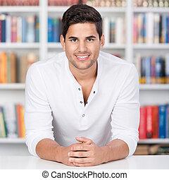 retrato, de, un, joven, delante de, estante libros