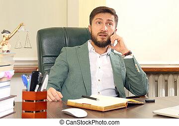 retrato, de, un, joven, exitoso, abogado, en, la oficina