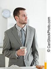 retrato, de, un, joven, hombre de negocios, teniendo, desayuno
