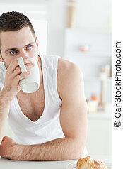 retrato, de, un, joven, tomar café