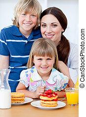 retrato, de, un, madre, y, ella, niños, teniendo, desayuno
