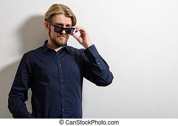 retrato, de, un, mirar bueno, joven, con, gafas de sol