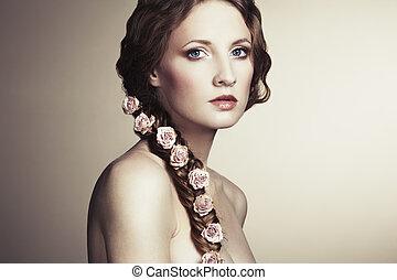 retrato, de, un, mujer hermosa, con, flores, en, ella, pelo