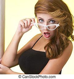 retrato, de, un, mujer joven, en, anteojos