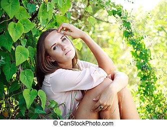 retrato, de, un, mujer joven, en, el, verano, jardín