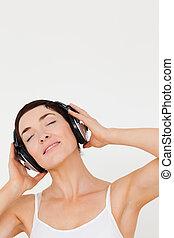 retrato, de, un, mujer joven, escuchar música