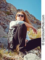 retrato, de, un, niña joven, turista, en, montañas