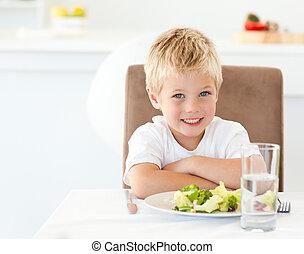 retrato, de, un, niño, en, almuerzo