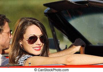 retrato, de, un, pareja, en, un, coche convertible