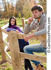 retrato, de, un, pareja joven, en el campo