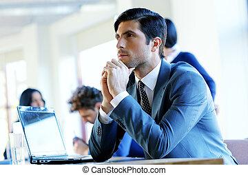 retrato, de, un, pensativo, hombre de negocios, el sentarse en la tabla, en, oficina