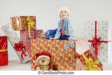 retrato, de, un, pequeño, niño, en, el, inmenso, regalo