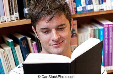 retrato, de, un, sonriente, estudiante masculino, leer un libro, sentado sobre el piso, en, un, librería