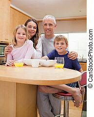 retrato, de, un, sonriente, familia , teniendo, desayuno