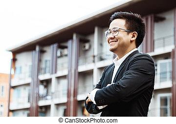 retrato, de, un, sonriente, guapo, hombre de negocios, con, brazos doblados
