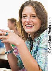 retrato, de, un, sonriente, hembra, tomar café, en, tienda de café