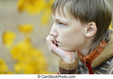 retrato, de, un, triste, niño pequeño, aire libre