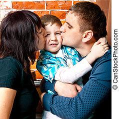 retrato, de, una familia joven, en, estudio