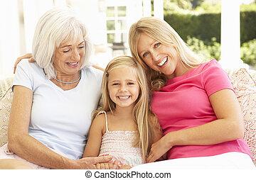 retrato, de, vó, filha, e, neta, relaxante, ligado, sofá