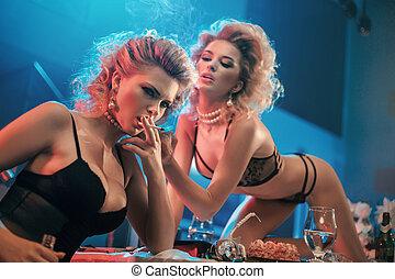 retrato, duas mulheres, loura, travesso