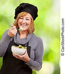 retrato, enquanto, comer mulher, feliz