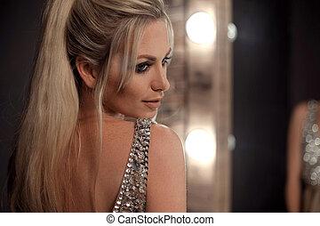 retrato, experiência., beleza, senhora, longo, moda, vestindo, makeup., estilo loiro, face bonita, room., rabo-de-cavalo, escuro, partido., elegante, excitado, evento, bulbos, cabelo, glamour, mulher, sobre, espelho