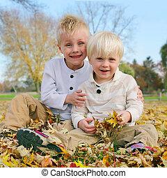 retrato, filhos jovens, exterior, em, caído, outono sai