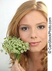 retrato, flores, mulher, jovem, segurando