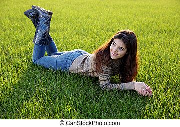 retrato, gramado, mulher, mentindo, feliz