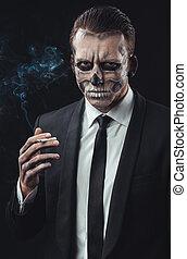 retrato, hombre de negocios, maquillaje, esqueleto, fumar