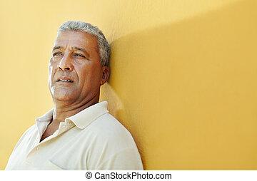 retrato, homem hispânico, maduras, triste