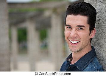 retrato, homem sorridente, jovem, ao ar livre