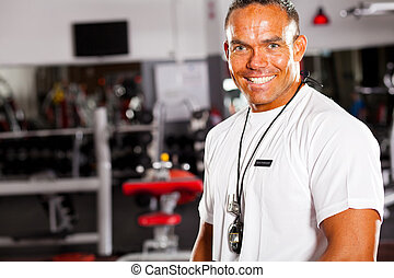 retrato, instructor del gym, macho, feliz