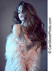 retrato, isolado, cor-de-rosa, agasalho, longo, ondulado, sensualidade, moda, alto, desgastar, morena, fundo, tentando, estúdio, lingerie sexy, saudável, cinzento, renda, cabelo, mulher, deslumbrante, pele, hairstyle.
