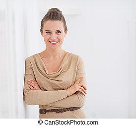retrato, jovem, dona de casa, feliz