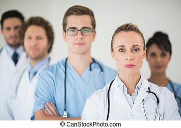 retrato, médico, confiante, equipe