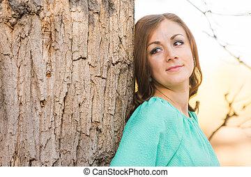 retrato, menina, árvore, contra, inclinar-se
