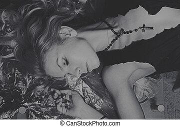 retrato, mentindo, mulher jovem, bonito