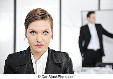 retrato, mujer de negocios, en, presentación negocio, en, oficina