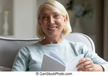 retrato, mujer, hogar, lectura, maduro, sonriente, libro