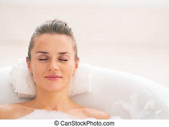 retrato, mujer, joven, relajante, bañera