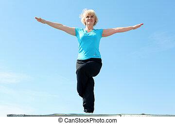 retrato, mujer mayor, yoga